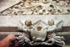 Sculpture  d'angelots sur manoir du XVe siècle
